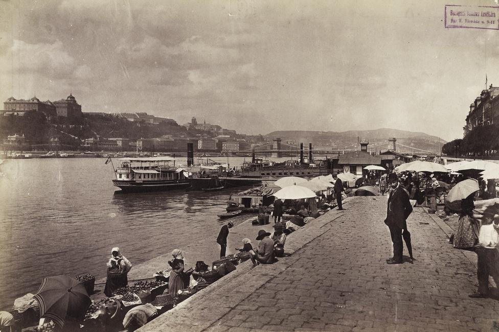 Piac a pesti alsó rakparton, a Petőfi téri hajóállomásnál, 1896-ban, az első újkori olimpia évében. Balra a Királyi Palota, a távolban pedig a Lánchíd látszik.
