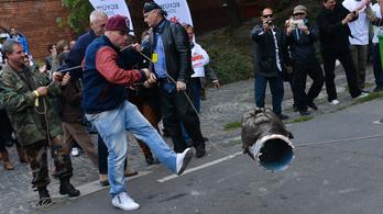 Vuduszertartással vádolták a hungarocell Orbán-fejjel focizó Dopemant