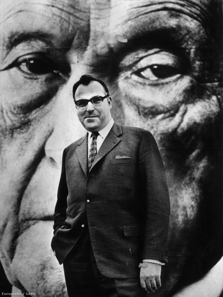 Konrad Adenauer képe előtt