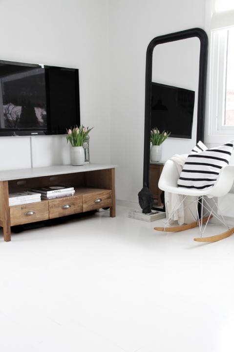 Bár évek óta divatban tartják a retro stílust követő cikk-cakk mintát a lakberendezésben és a divatvilágban, a tradicionális fekete-fehér csíkos szövetek csaknem akarnak kikopni a trendekből.