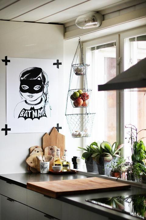 Laza, városias hangulatot kölcsönöz a térben az ismert blogger, An Magritt ötlete, aki egy gondosan kiválasztott festmény vagy annak másolata helyett inkább egy egyedi (természetesen fekete-fehér) rajzot ragasztott ki konyhája falára.
