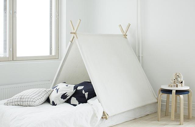 Számtalan filmben láthattunk már gyerekszoba közepére helyezett sátrat, ami a skandináv dizájn szerint is fontos kiegészítő eleme a családi házaknak.Nemrég a finn belsőépítész, Susanna Vento tervezett egy mutatós monokróm sátrat, aminek különlegessége, hogy egy egyszerű mozdulattal az ágy fölé applikálható, nem szükséges hozzá elfoglalni az egész gyerekszobát.