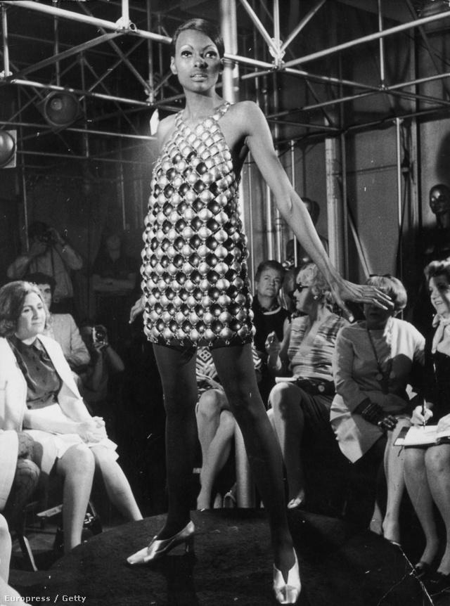Fém lemezekből kirakott ruha egy 1968-as shown.
