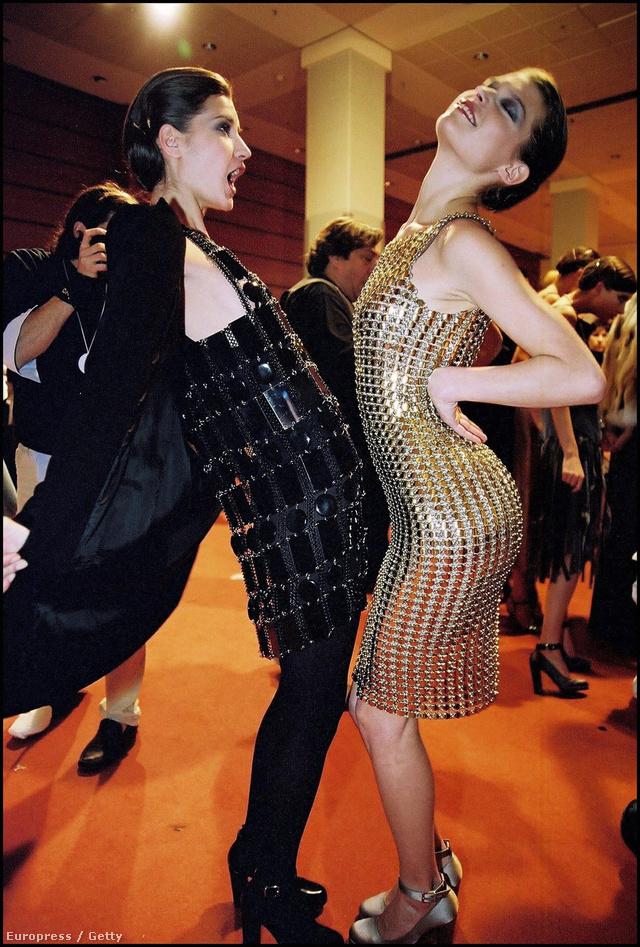 Modellek Paco Rabanne ruhában a 2004-es párizsi divathéten.