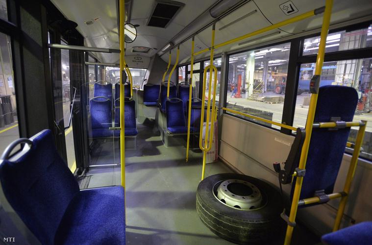 2014. tavaszán forgalomba állított midibusz a BKV szerelőcsarnokában