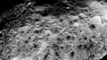 Utoljára fényképezte le a Hyperiont a Cassini