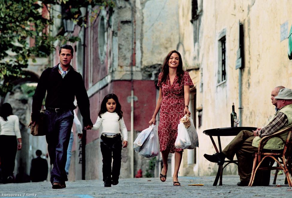 A színésznő számára 2004-ben jött a mindent megváltoztató forgatás, a Mr és Mrs Smith című fim egy válságban lévő házaspárról. A film nem művészeti értékei miatt vonutl be a filmtörténetbe, nem egészen világos, hogy az akkor már nagyon befutott Brad Pitt miért is vállalta el ezt a szerepet, de akkori felesége, Jennifer Aniston állítólag nagyon ideges lett, amikor megtudta, hogy férje Angelina Jolie-val fog forgatni. Félelme be is igazolódott, bár Jolie és Pitt a mai napig tagadják, hogy összejöttek volna a forgatáson. Jolie azt nyilatkozta, ő soha életében nem kezdett ki nős férfival, mivel az anyját nagyon sokszor megalázták ilyen módon. Tény azonban, hogy Aniston és Pitt a film után elváltak, mire kimondták a válást, Jolie már terhes volt, és 2006-ban megszületett egy namíbia magánkórházban első közös gyerekük, Shiloh. A két színész nem volt szívbajos, több mint egymilliárd forintnyi összegért adták el a gyerek első képeit, a három évvel később megszületett ikrek, Knox és Vivienne képeit pedig négymilliárdért. Az összeget állítólag teljes egészében eljótékonykodták.