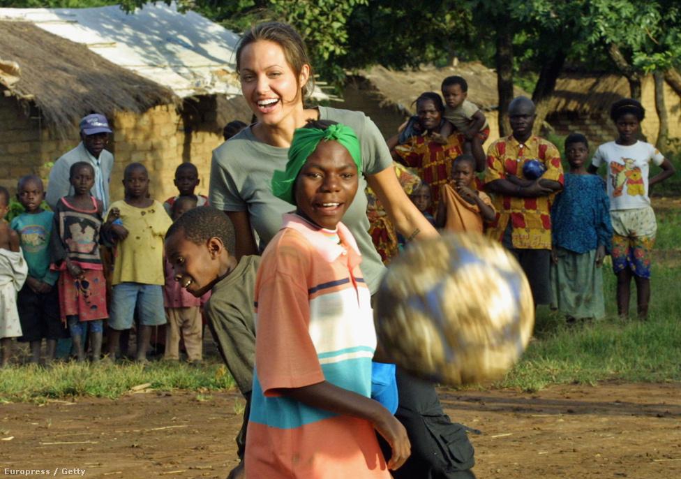 Jolie 2001 óta dolgozik az ENSZ jószolgálati nagykövetekért, főleg menekültügyekben szólal fel, rengeteg menekülttábort látogatott meg szerte a világon. 2012 óta az ENSZ Menekültügyi Főbiztosságának (UNHCR) különmegbízottja. Tavaly a Menekültügyi Bizottság ülésén is részt vett és felszólalt a szíriai helyzettel kapcsolatban. Persze neki könnyű, nem kell félnie, hogy elveszik a gazdasági bevándorlók a munkáját.