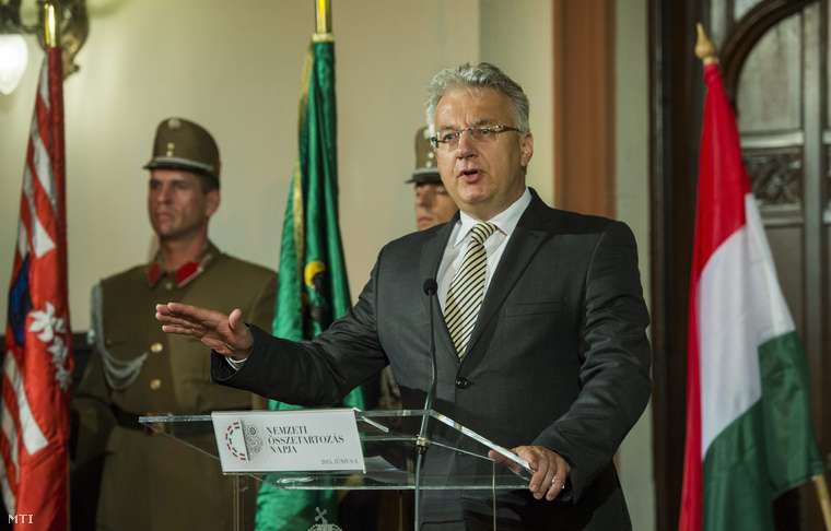Semjén Zsolt nemzetpolitikáért felelős miniszterelnök-helyettes beszédet mond a nemzeti összetartozás napja alkalmából rendezett megemlékezésen a Magyarság Házában 2015. június 4-én.