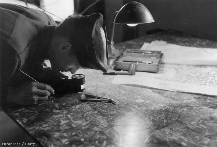 Felderítő küldetések anyagát elemzi egy angol hírszerző, 1944-ben.