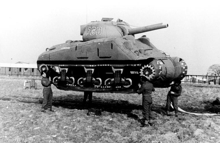 Felfújható Sherman tank, amit az ellenfél megtévesztésére használtak a harcmezőn.