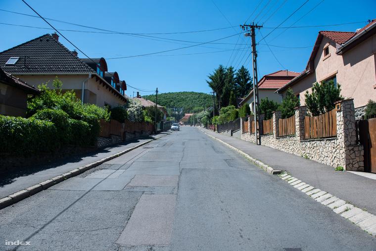 Kemerovó-lakótelep, a háttérben B.-ék egyik megmaradt Mercedesével