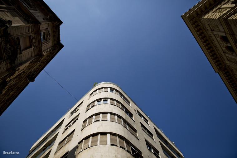 Megfigyelt épület a Petőfi Sándor utcában. Szembe ve a Főposta, ahol a táviratokat és a telexeket is ellenőrizték.