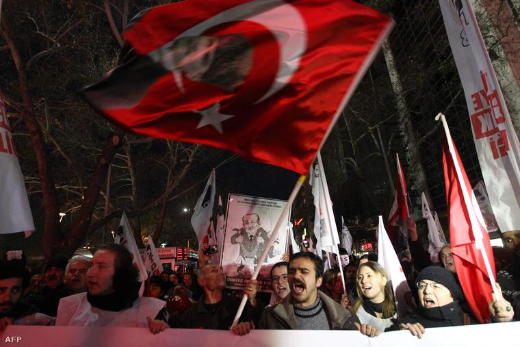 AKP ellenes tüntetők követelik a Recep Tayyip Erdogan lemondását