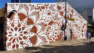 A lengyel streetartos csipkével szövi be a falakat