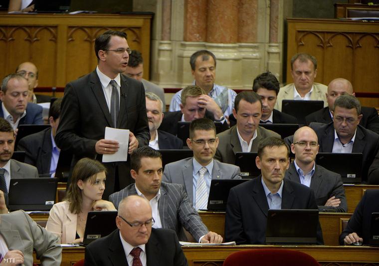 Mirkóczki Ádám jobbikos képviselő napirend előtt felszólal az Országgyűlés plenáris ülésén. Mellette Novák Ekőd.