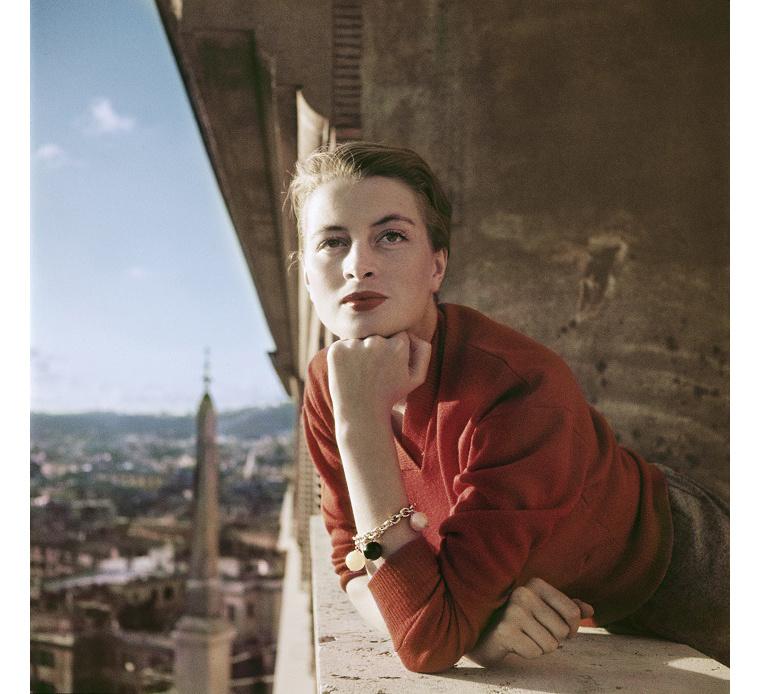 Capucine francia modell és színésznő az erkélyen, Róma 1951. augusztus.