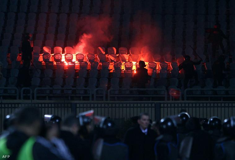 Égő széksorok a Port-Szaíd stadionban, azt követően, hogy tömegverekedés miatt lefújták a mérkőzést, 2012. február 1-én.A helyi klub szurkolói elözönlötték a pályát és kövekkel, petárdákkal, üvegpalackokkal dobálták meg az al-Ahli híveit.