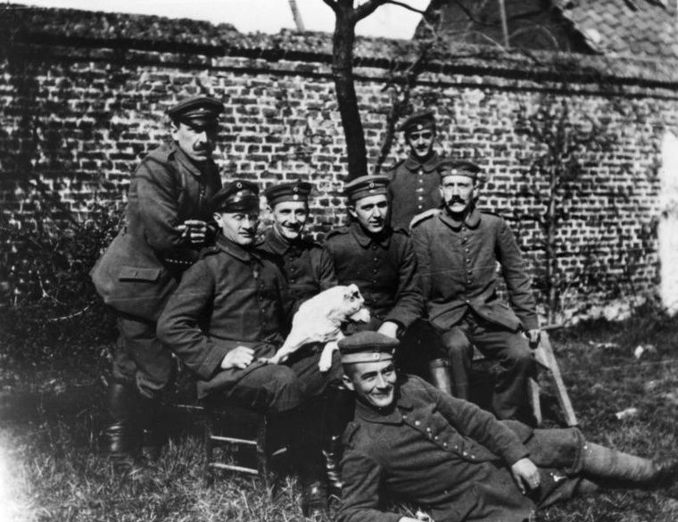 A jobb szélen Adolf Hitler (Forrás: wikipédia)
