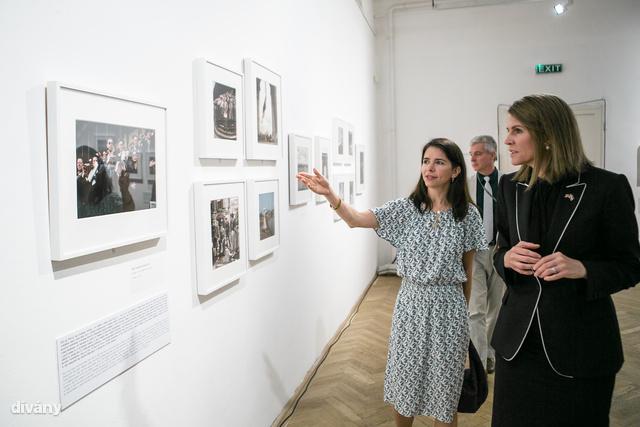 Bellt Cynthia Young, az International Centre for Photography kurátora vezette körbe a tárlaton.