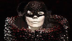 Tengerparton, 30 zenésszel körbevéve énekel önnek Björk