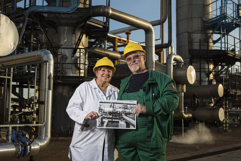 Végh Gábor és felesége, Zita. Már több mint negyven éve dolgoznak Algyőn: a férfi jelenleg termelőmester, neje pedig laboráns. A gázüzem munkatársaiként ismerkedtek meg egymással.