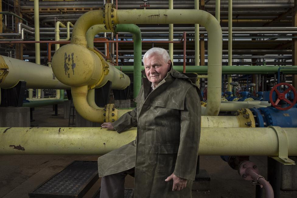 Szugyiczki György közel negyven évet dolgozott a cégnél, legutóbb termelőmesterként. Szerinte egy ilyen veszélyes munkahelyen a kollégákba vetett bizalom legalább olyan fontos, mint a szakértelem.