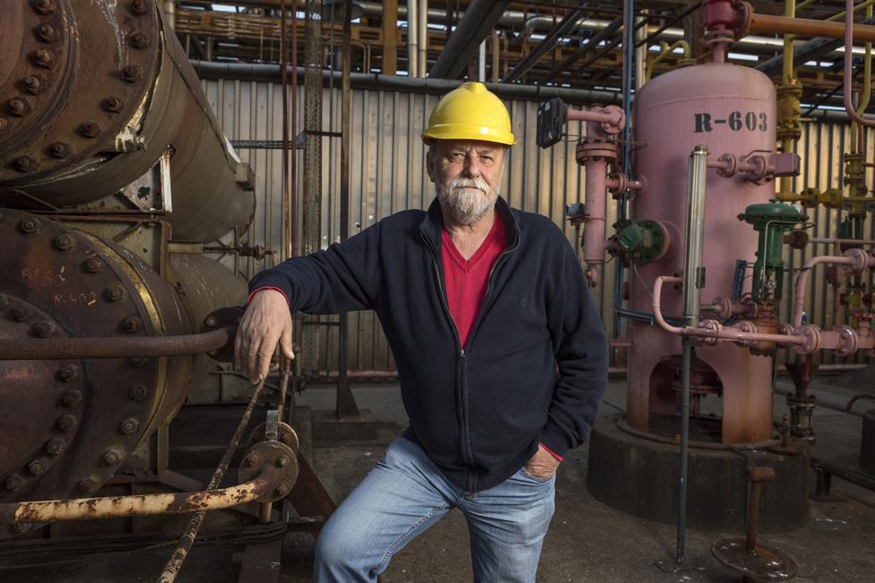Rácz Gábor 27 évet dolgozott a cégnél, utoljára művezetőként. Legnagyobb szakmai élményeként a Tiszán horgonyozó tartályhajók feltöltését emlegeti – 1967 nyarán történt.