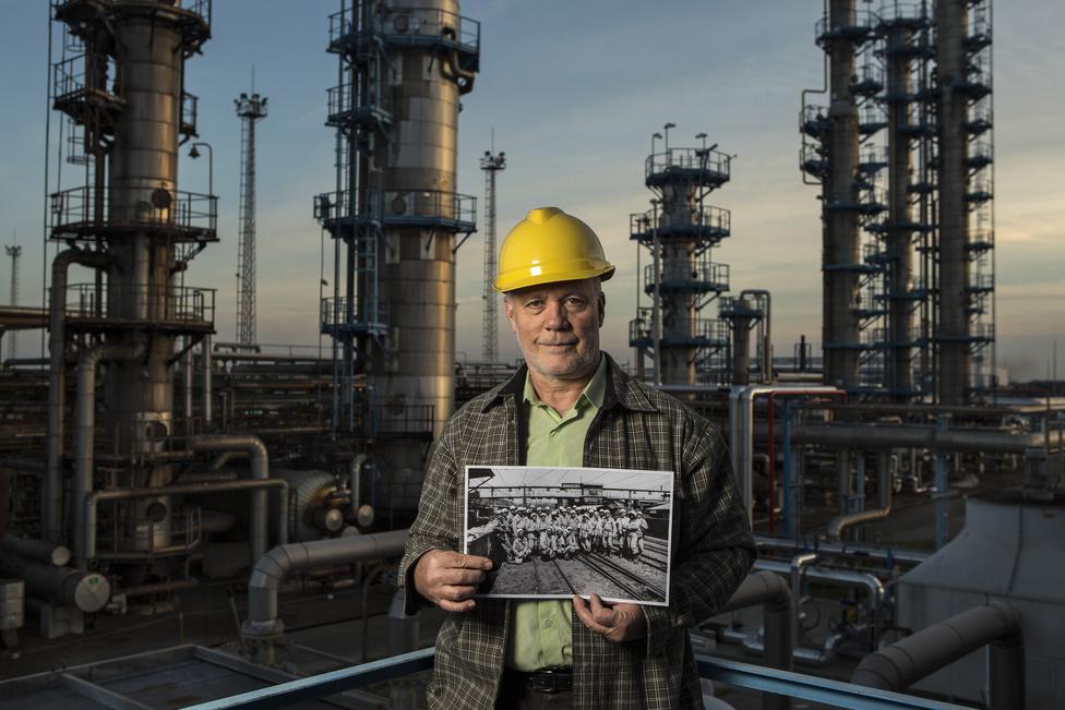 Piti Sándor már negyvenedik éve dolgozik az olajiparban, jelenleg üzemviteli munkatárs. Munkájával kiérdemelte a Kiváló Bányász Érem arany fokozatát is.