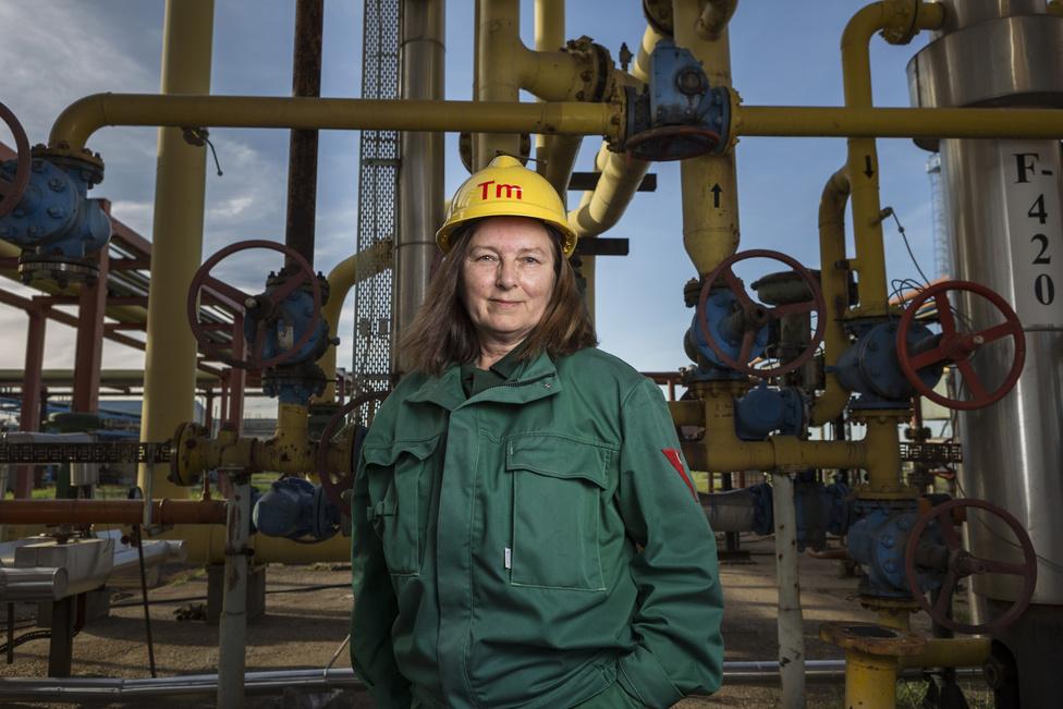 Domonkos Erzsébet már 44 éve a gázüzem munkatársa, jelenleg termelőmester. 18 évesen fizikai dolgozóként került Algyőre. Akkoriban gyakran gondolt arra, hogy amíg ő dolgozik, a vele egyidős lányok inkább szórakozni járnak.