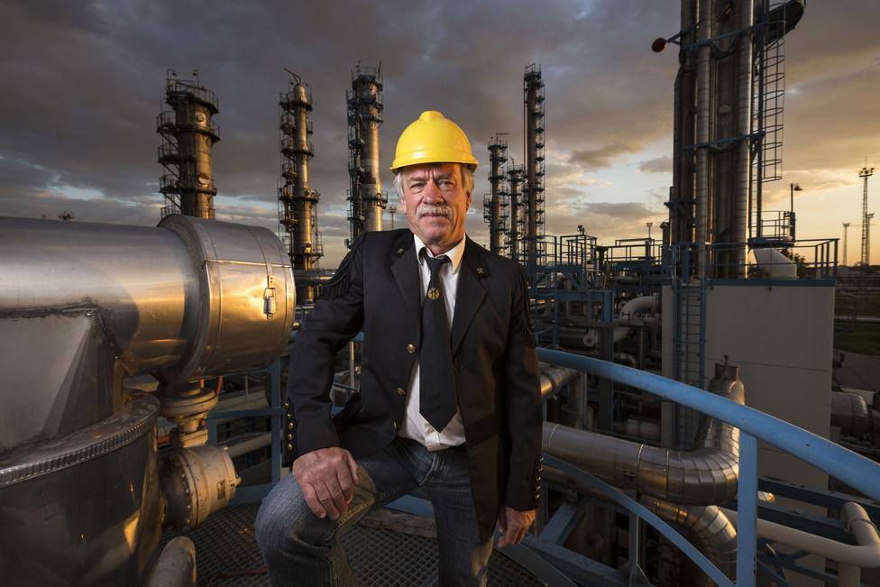 Csányi István 43 éve dolgozik a cégnél, jelenleg termelési szakértő. Kizárólag a felvétel kedvéért öltötte magára a bányászegyenruhát, amit a hetvenes-nyolcvanas években viseltek.