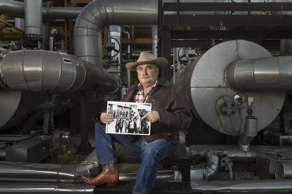 Ádok István 41 éve dolgozik az olajiparban, most épp művezetőként. Veszkócsizmát és kalapot hord, szerinte olajosnak lenni életstílus, amely Texasból gyökerezik.