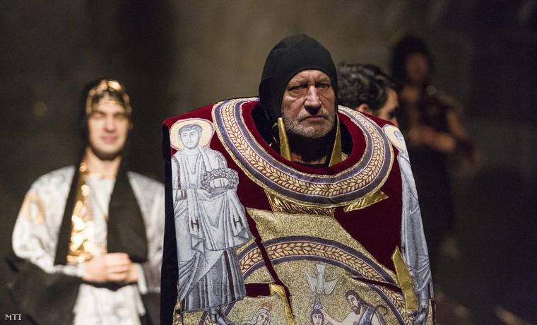 Bakos-Kiss Gábor (b) Hilárion és Reviczky Gábor (j) Euthymos szerepében Bánffy Miklós A nagyúr című műve alapján készült az Isten ostora című színmű próbáján