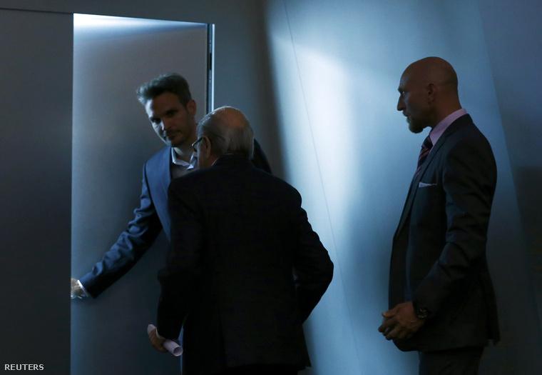 Blatter elhagyja a FIFA konferenciatermét, miután bejelentette lemondását.