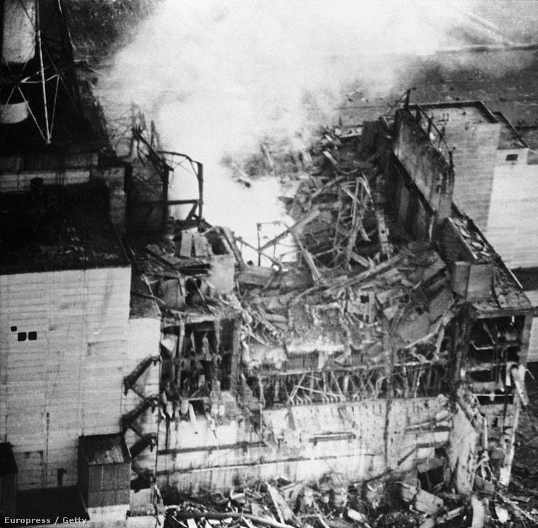 Radioaktív füst száll fel az erőmű felrobbant blokkjából. Az Igor Kosztyint szállító helikopter ennél is közelebb merészkedett a balesethez, és az összes filmet tönkretette a sugárzás.