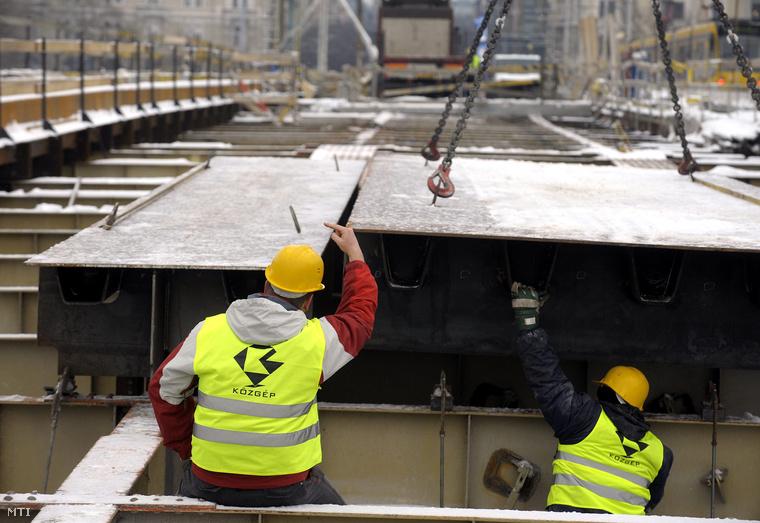A Közgép munkásai dolgoznak a Margit híd felújításán (2010.)