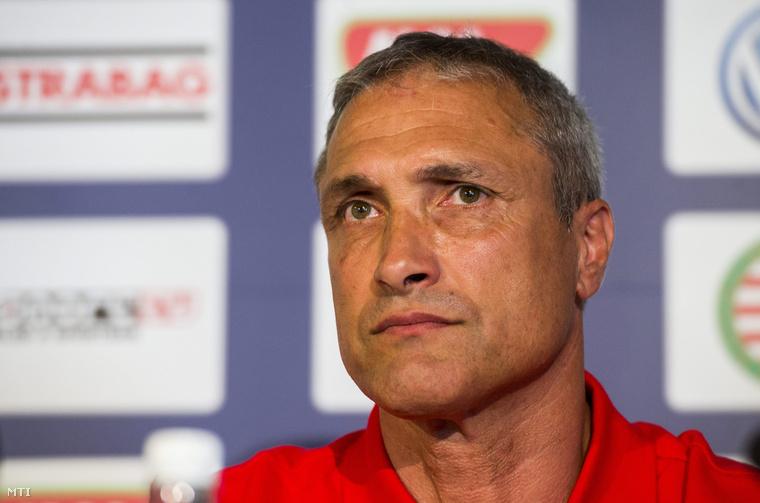 A harmincszoros francia válogatott Bernard Casoni a bajnok Videoton labdarúgócsapatának új vezetőedzője a klub új szakmai stábjának bemutatkozó sajtótájékoztatóján.