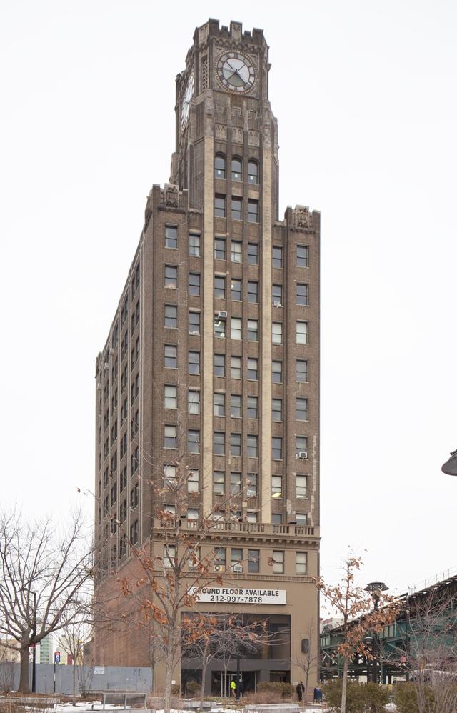 A Long Island City Bank egykori épületét a Kevin Maloney által vezetett Property Markets Group újítaná fel. Maloney tavaly év végén 31 millió dollárt fizetett a Clock Towerért, de az ingatlanos birtokában van a szomszédos telek is, amit 46. millió dollárért vásárolt meg. Bár az engedélyek még nincsenek meg, de a tervek szerint egy 66-70 emeletes lakótorony lesz barna, téglaszerkezetes épületből, amit Queens legmagasabb kereskedelmi épületeként tartanak számon.