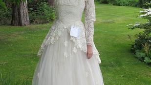 Jelentkezett a bácsi, aki üzenetet rejtett a menyasszonyi ruhába
