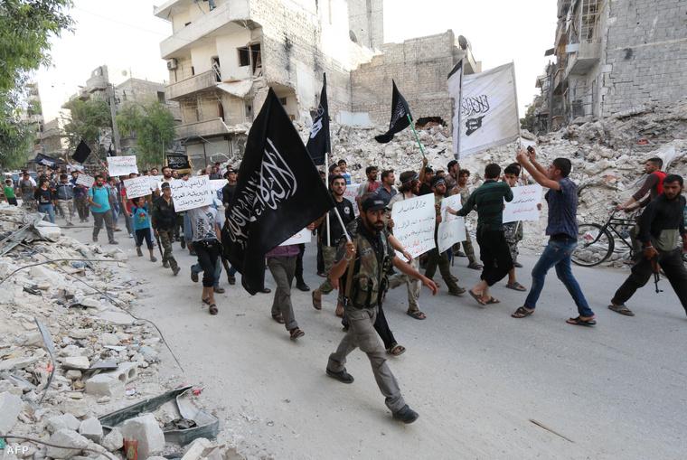 A szíriai al-Kaida tagjai vezetnek egy demonstrációt Aleppóban