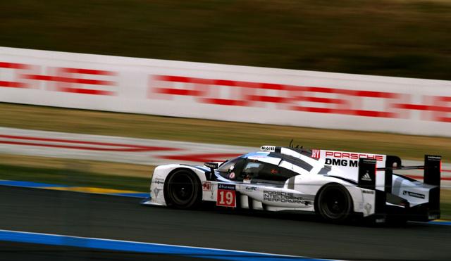 A Hülkenberg-féle Porsche a Porsche-kanyarban. Féltávnál a címvédők előtt egy perccel, a komplett mezőny elején a legesélytelenebbnek jósolt porschés trió.