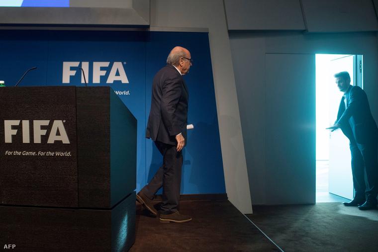 Blatternek muatja az ajtót egy biztonsági ember, miután bejelentette lemondását június 2-án.