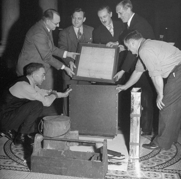 Az Egyesült Államok Kongresszusi Könyvtárában csomagolják a Magna Charta egyik példányát 1946-ban. A dokumentumot a második világháború alatt itt őrizték meg, majd visszaküldték Angliába.
