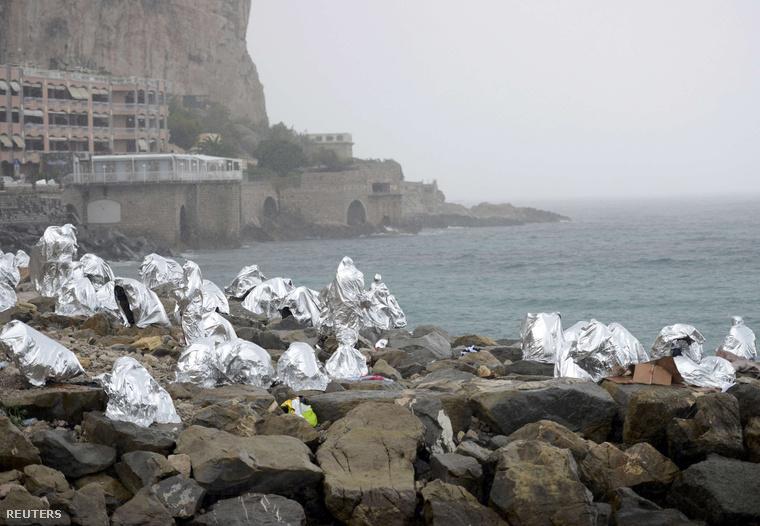 Sürgősségi takaróba burkolódzó menekültek Ventimiglia mellett – az olasz–francia határról fordították vissza a csoportot vasárnap.