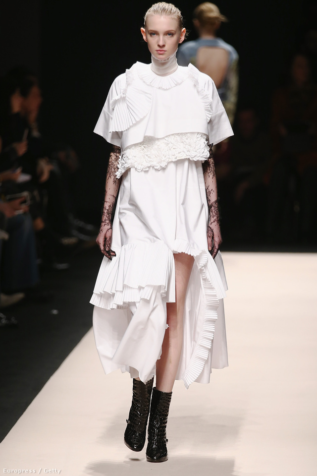 A No.21 fekete bokacsizmával mutatta be menyasszonyi ruháját, amihez jól láthatóan több méter anyagot használt fel.