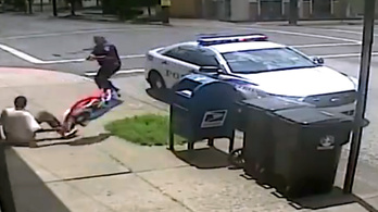 Zászlórúddal támadt a fekete férfi a rendőrre, lelőtte