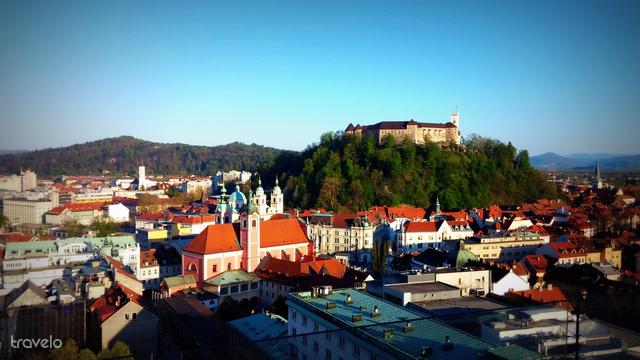 Kilátás a ljubljanai várra a Nebotičnik felhőkarcoló tetejéről