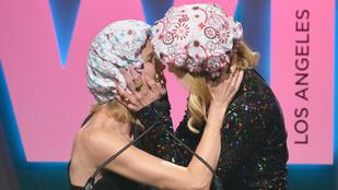 Nicole Kidman egy zuhanysapkában csókolta le Naomi Wattsot