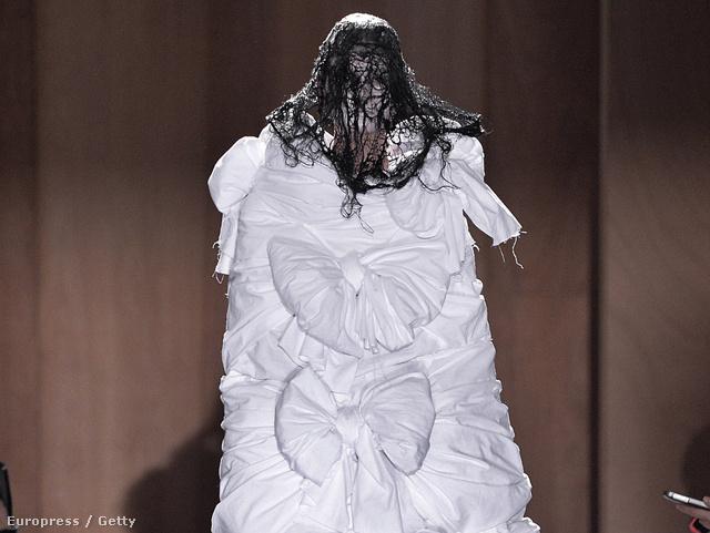 A Comme des Garcons menyasszonyi ruhája Björk és Lady Gaga rajongóknak.