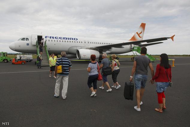 Utasok készülnek felszállni a török Freebird Airlines Antalya-Sármellék-Antalya charterjáratán először közlekedő repülőgépére a sármelléki Hévíz-Balaton Airporton 2015. június 16-án